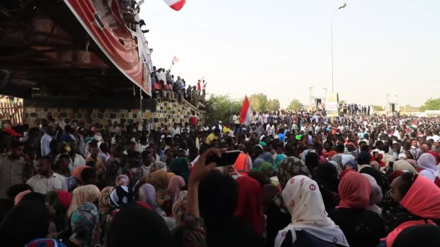 thousands of sudanese on thursday demonstrated outside army headquarters in khartoum to demand that executive authority be relinquished to a civilian... - スーダン点の映像素材/bロール