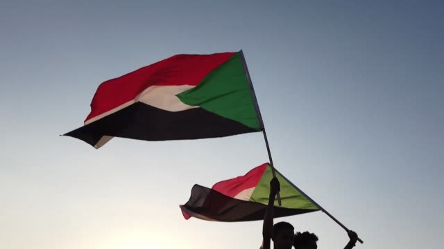 vídeos de stock, filmes e b-roll de thousands of sudanese rally in several cities including the capital khartoum urging the country's new authorities to dissolve the former ruling party... - sudão