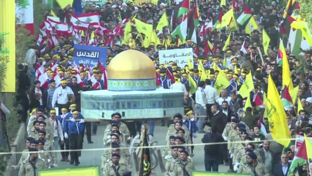 vídeos de stock e filmes b-roll de thousands of supporters of lebanon's hezbollah demonstrated in beirut on monday chanting death to america and death to israel in protest over the us... - palestino