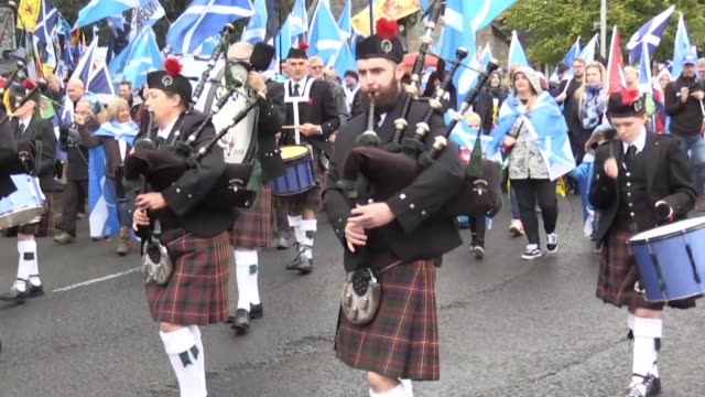 thousands of supporters of scottish independence march through edinburgh with a possible british exit from the european union just weeks away and... - eventuell stock-videos und b-roll-filmmaterial