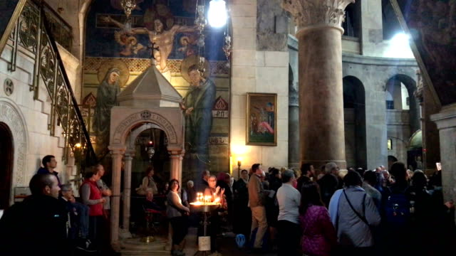 stockvideo's en b-roll-footage met thousands of tourists and pilgrims have descended on the holy city of jerusalem to attend activities to mark christian holy week from march 25 to... - bedevaart