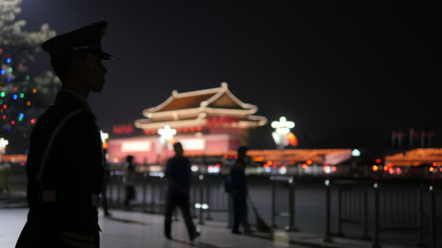 vídeos y material grabado en eventos de stock de thousands of tourists flocked into tiananmen square during this may 1st holiday chinese government sent out more troops on the street preparing for... - puerta de la paz celestial de tiananmen