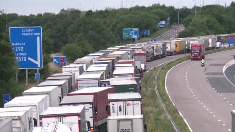 thousands of trucks gridlock the m20 motorway between london and southeastern ports of folkestone and dover forming a giant line snaking through the... - eurotunnel folkestone stock-videos und b-roll-filmmaterial