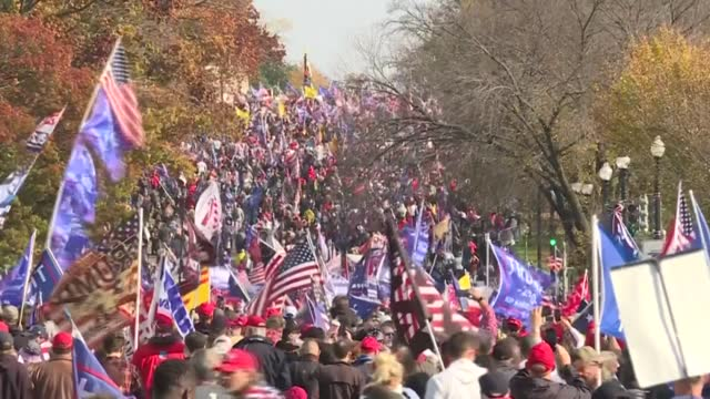 """vídeos de stock, filmes e b-roll de thousands of trump supporters march along pennsylvania avenue, from freedom plaza to the us supreme court, as part of the """"million maga march"""" to... - pennsylvania avenue"""