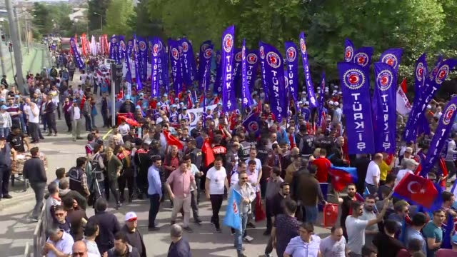vídeos de stock, filmes e b-roll de thousands of unions workers and activists worldwide on may 01 2019 are marking the international workers' day also known as may day in kocaeli... - 1 de maio