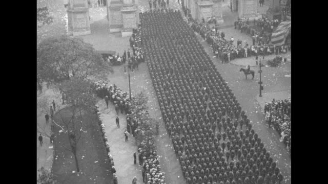 thousands of united states marines marching through the victory arch at madison square park / cheerful amused sailors and marines with an elderly... - union army stock videos & royalty-free footage
