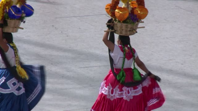 vídeos de stock, filmes e b-roll de thousands of visitors swarm the southern mexican town of oaxaca for the guelaguetza, a festival celebrating the multitude of indigenous groups in the... - tribo norte americana