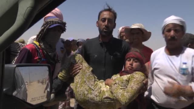 thousands of yezidis trapped in the sinjar mountains as they tried to escape from islamic state forces are rescued by kurdish peshmerga forces and... - 2014 bildbanksvideor och videomaterial från bakom kulisserna