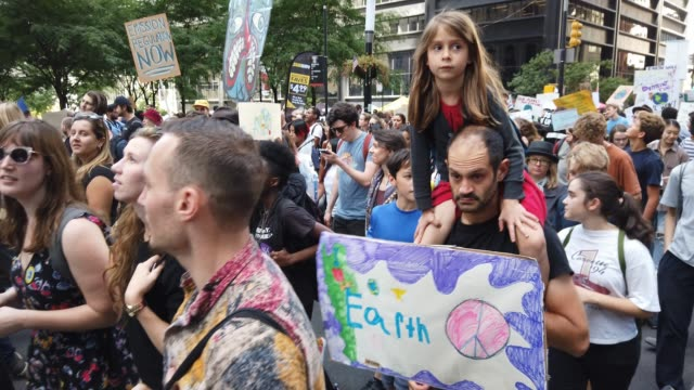 vidéos et rushes de thousands of young activists and their supporters rally for action on climate change on september 20, 2019 in new york city. thousands of young... - climat