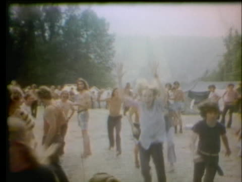 thousands of young people arrive and mill around after a cancelled rock festival in powder ridge, connecticut, in 1970. - alternativ livsstil bildbanksvideor och videomaterial från bakom kulisserna