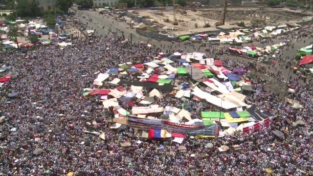 thousands packed cairo's iconic tahrir square on friday to denounce a power grab by the ruling military as the nation nervously awaited the results... - dominanz stock-videos und b-roll-filmmaterial