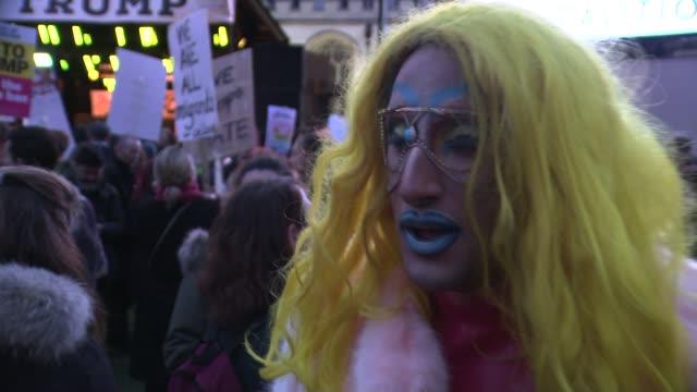 vidéos et rushes de thousands protest as mps debate donald trump's state visit to the uk thousands protest as mps debate donald trump's state visit to the uk england... - débat