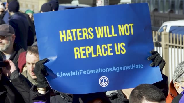 thousands rally at foley square in the civic area of downtown manhattan in support of the jewish community amid multiple anti-semitic hate crime... - 反ユダヤ主義点の映像素材/bロール