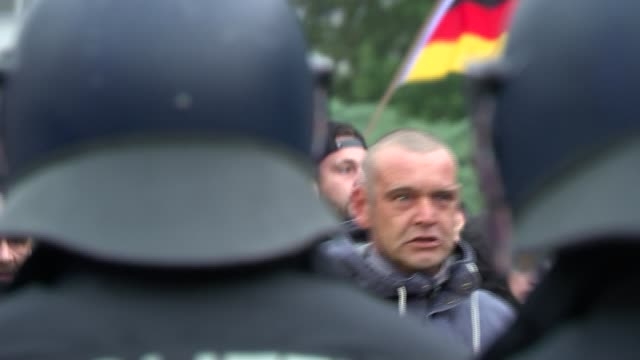 thousands take to the streets for rival refugee protests in chemnitz; germany, saxony, chemnitz: far right protesters doing nazi salutes, riot police... - demonstrant stock-videos und b-roll-filmmaterial
