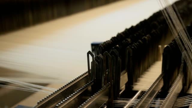 fäden auf einem webstuhl in der webmaschine - webstuhl stock-videos und b-roll-filmmaterial
