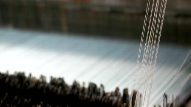 Threads op een weefgetouw in het weven van de machine