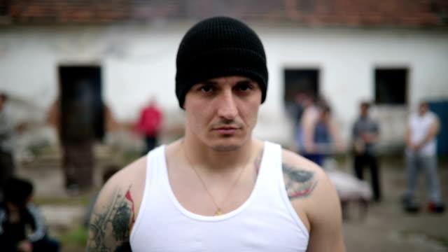vidéos et rushes de membre d'un gang hommes dangereux en danger - gang