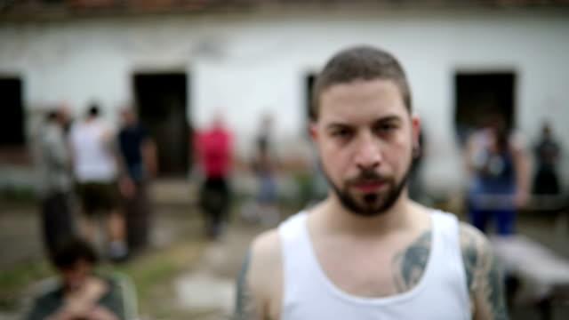 vidéos et rushes de membre du dangereux gang mâle tatoué en danger - gang