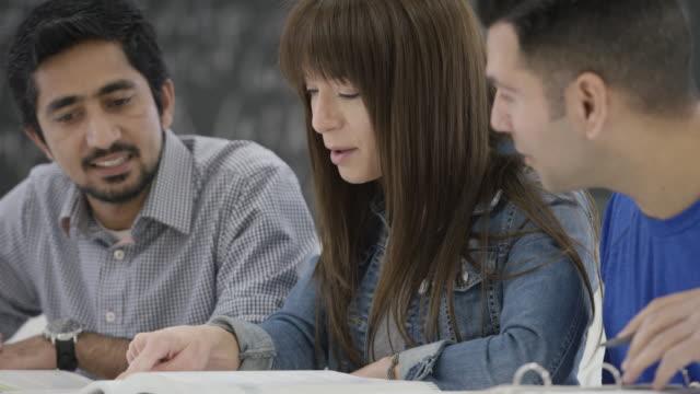 vídeos de stock, filmes e b-roll de três adultos alunos estudar juntos em escola - aluno mais velho