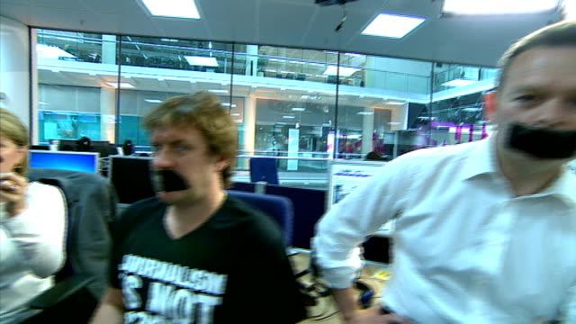 vídeos de stock, filmes e b-roll de three al jazeera journalists jailed for seven years england london gir int channel 4 news staff including journalists alex thomson victoria macdonald... - channel 4 news