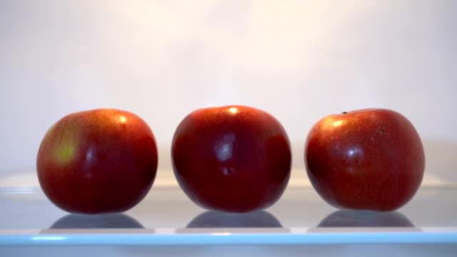 冷蔵庫に3つのりんご - レッドデリシャス点の映像素材/bロール