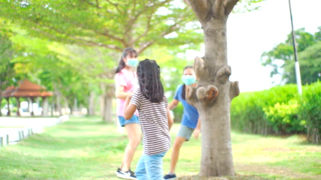 vídeos de stock, filmes e b-roll de três irmãs asiáticas brincando de irmãs rindo em public park. - perto de