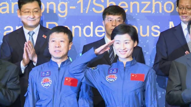 vídeos de stock e filmes b-roll de three astronauts from china's first manual space docking mission receive a rowdy welcome from hundreds of flag-waving children as they arrive in hong... - missão espacial