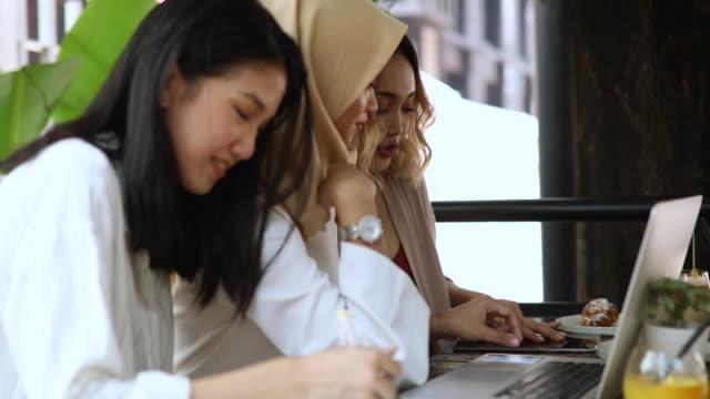 vidéos et rushes de trois belles femmes sur déjeuner d'affaires - vêtement religieux