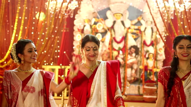 stockvideo's en b-roll-footage met three bengali women celebrating durga puja festival, delhi, india - ceremonie