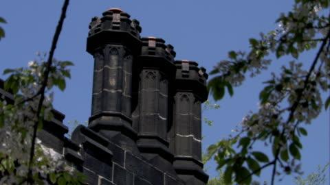 vídeos y material grabado en eventos de stock de three black stone chimneys top a roof. available in hd. - estilo victoriano