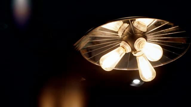 vidéos et rushes de trois ampoule ampoule brille dans l'obscurité. - lampe électrique