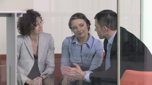 vídeos y material grabado en eventos de stock de ms pan three business people talking at meeting in office, copenhagen, denmark - vestimenta de negocios formal