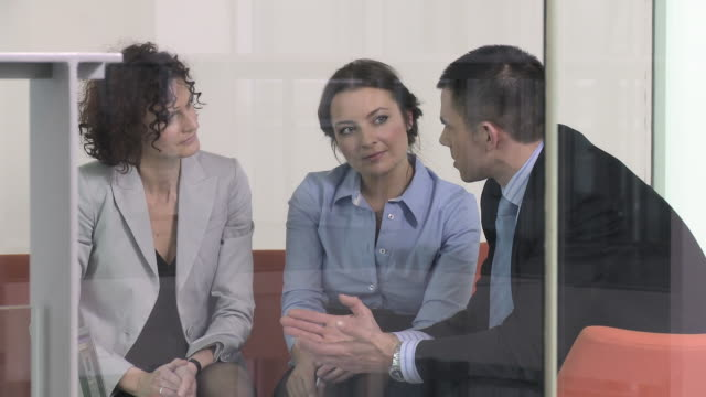 vidéos et rushes de ms pan three business people talking at meeting in office, copenhagen, denmark - tenue d'affaires formelle