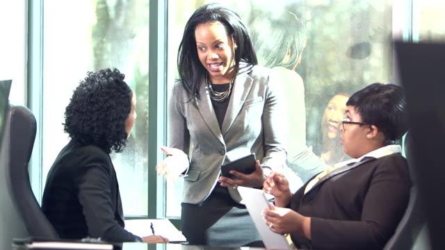 drei business-frauen im gespräch im sitzungsraum - multi ethnic group stock-videos und b-roll-filmmaterial