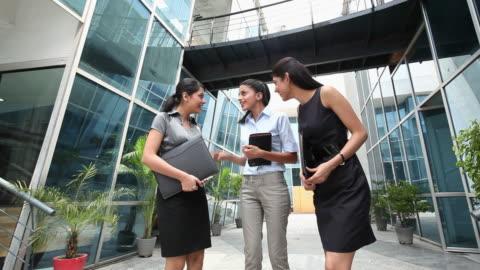 vídeos y material grabado en eventos de stock de three business women talking  - cotilleo