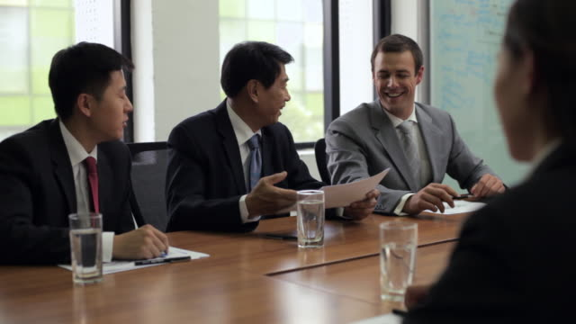 stockvideo's en b-roll-footage met ms three businessmen meeting with businesswoman in conference room / beijing, china - china oost azië