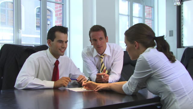 vídeos de stock, filmes e b-roll de ms, three businesspeople talking in meeting room - camisa e gravata