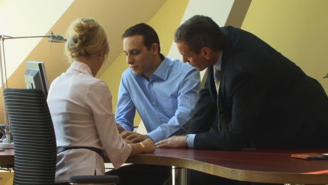 vidéos et rushes de ms, three businesspeople talking in office, berlin, germany - tenue d'affaires formelle