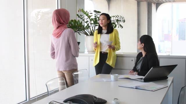vídeos de stock, filmes e b-roll de três mulheres de negócios no escritório reunião discutindo - vestuário modesto