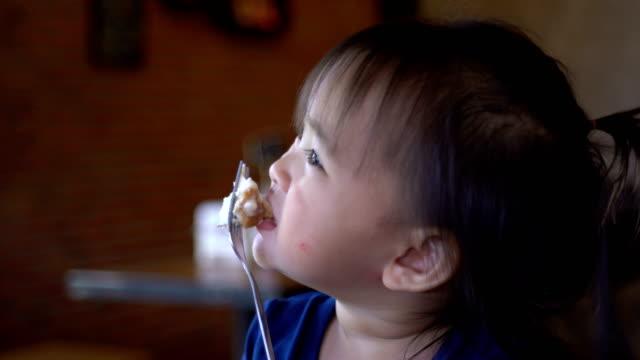 vídeos y material grabado en eventos de stock de tres niños se divierten comer helados - salirse de lo normal
