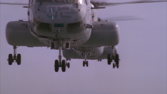 vídeos de stock, filmes e b-roll de three chinook helicopters fly through the sky. - grupo pequeno de objetos