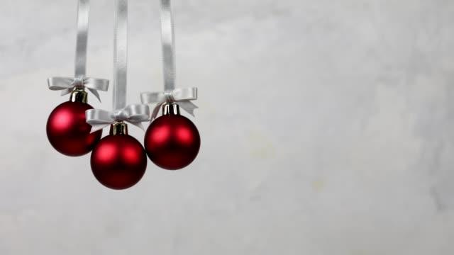 vídeos de stock, filmes e b-roll de três esferas da decoração do natal que caem junto - bola de árvore de natal
