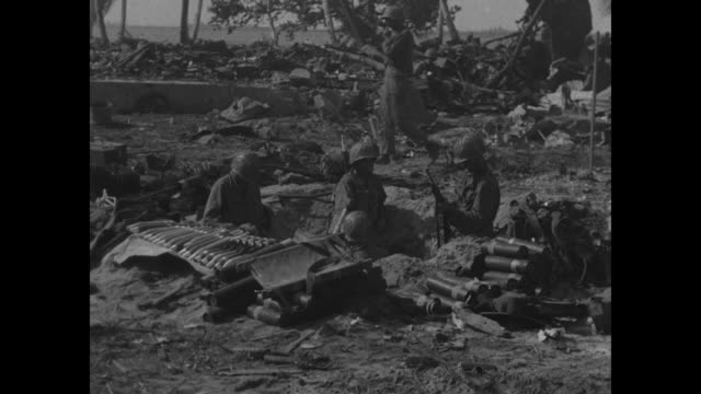 vídeos de stock e filmes b-roll de three close-ups of us soldiers / soldiers sitting around relaxing / soldier lying on ground sleeping / soldier sitting with something in his hands /... - pacific war
