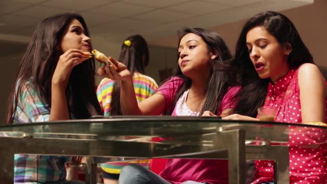 vídeos y material grabado en eventos de stock de three college students eating food in the college - cotilleo