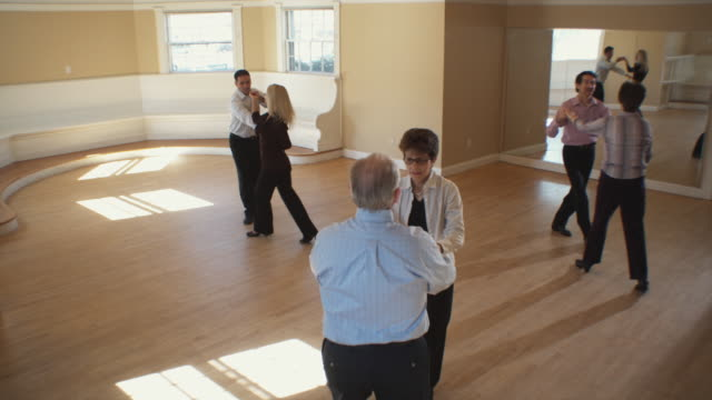 vídeos de stock, filmes e b-roll de ws, ha, three couples having dance lesson, hingham, massachusetts, usa - estúdio de dança