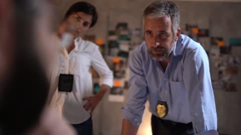 drei detektive arbeiten spät - fbi stock-videos und b-roll-filmmaterial