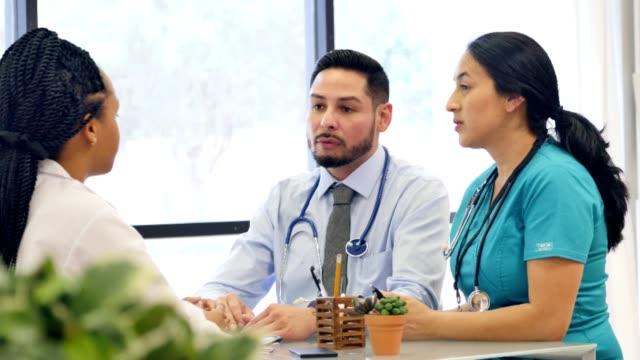 vídeos y material grabado en eventos de stock de tres médicos se reúnen para discutir el diagnóstico del paciente - prueba médica