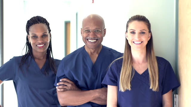 vidéos et rushes de trois médecins ou infirmières travaillant à l'hôpital - trois personnes