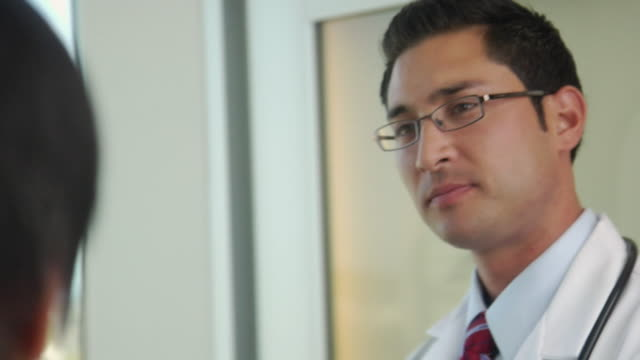 stockvideo's en b-roll-footage met cu td tu three doctors talking, seattle, washington, usa - man met een groep vrouwen