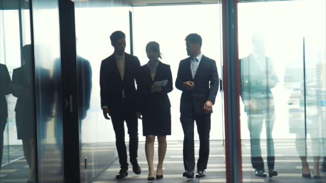 tre entreprenörer briefing - kommunikationssätt bildbanksvideor och videomaterial från bakom kulisserna